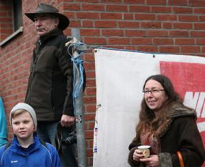 Startschuss: Kerstin Beckmann und Klaus Dallmann zündeten zum Start eine Silvesterrakete.