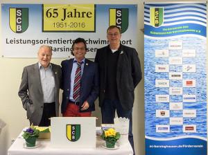 Hand in Hand: Für die Zukunft des Schwimmsport in Barsinghausen treten die Vorsitzenden Wolfgang Meier vom Trägerverein AGS-Lehrschwimmbecken, Karl-Heinz Neddermeier (SCB) und Fördervereinsvorsitzender Günter Busche (von links) ein.