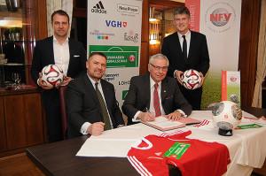 Im Beisein von DFB-Sportdirektor Hansi Flick (stehend links) und NFV-Direktor Bastian Hellberg (stehend rechts) verlängerten Thomas Mang (Präsident des Sparkassenverbandes Niedersachsen) und NFV-Präsident Karl Rothmund (rechts) ihre Zusammenarbeit.