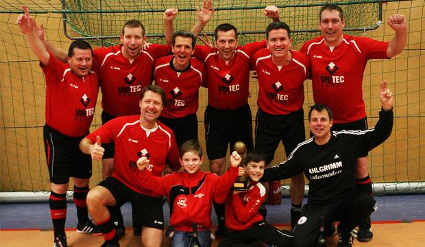 Sieger Ü40: Der 1. FC Germania Egestorf/Langreder mit Torwart Helge Kristeleit (von rechts).