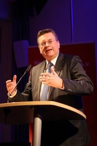 Designierter Nachfolger: Geht es nach den Landesverbänden, so wäre Reinhard Grindel der nächste DFB-Präsident.
