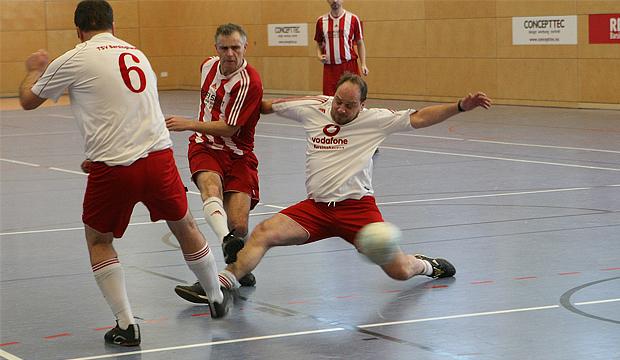 Kaum zu halten: Dariusz Szubert aus der Ü32 des 1. FC Germania war kaum zu bremsen – hier versucht sich Matthias Thillmann aus der Ü40 der SG Barsinghausen/Kirchdorf. Fotos: Bratke