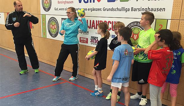 Anleitung: Profi-Trainer Klaus Feldmann gibt HVB-Nachwuchstrainerin Pia Seifried wertvolle Tipps.   Foto: HVB