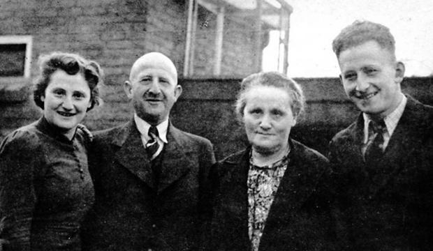 Familienfoto: Ruth, Hermann, Sophie und Werner ten Brink vor dem Haus in Goor 1939. Foto: Lehmannstiftung