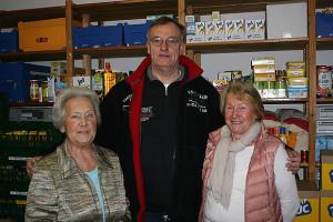 Schwimmer spenden: Günter Busche überreichte 150 Euro vom Neujahrsempfang an die Barsinghäuser Tafel-Helferinnen Christa Ufer (links) und Heidi Rogge (rechts). Foto: Bratke