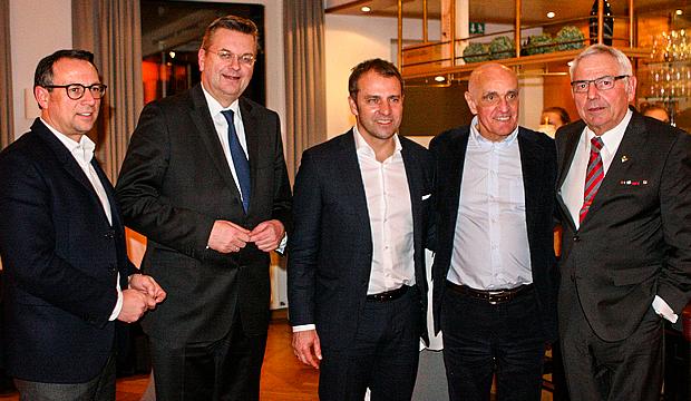 Großer Bahnhof beim NFV: Martin Bader, Reinhard Grindel, Hansi Flick, Martin Kind und Karl Rothmund (von links).