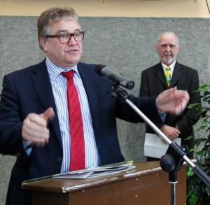 Lobende Worte: Regionspräsident Hauke Jagau gratuliert den Egestorfern zum 800. Geburtstag ihres Ortes. foto:kasse