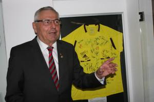 """Nachträgliches Geburtstagsgeschenk: Karl Rothmund mit """"seinem"""" Schiedsrichtertrikot im Sportheim Langreder."""