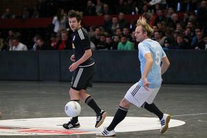 Frühzeitig raus: Andreas Baranek (links) schaut dem Ball hinterher. Germania kam gegen Springe nicht über ein 1:1 hinaus.