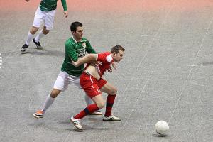 Turniersieger besiegt: Der TSV Barsinghausen (hier mit Dennis Mehrkens – links) war das einzige Team, das den späteren Sieger TSV KK bezwingen konnte.