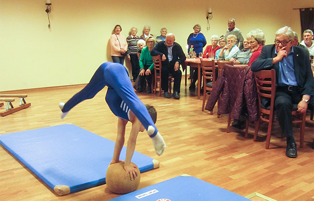 Akrobatisch: Ziya Önder begeisterte mit einer kleinen Turnschow, hier beim Schweizer Handstand auf einem Medizinball.