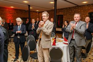 Stehende Ovationen: Vertreter aus Politik und Wirtschaft gratulieren zur Ehrennadel. foto:kasse