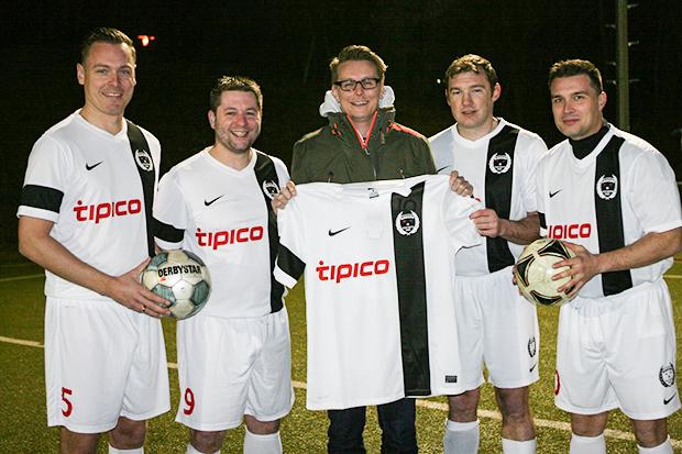Präsentation: Dirk Ostermann, Dennis Völkers, Trainer Sven Waliczek, Jan Conradi und Heiko Tegt (von links) zeigen das neue Outfit.