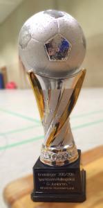 Begehrt: Der große Pokal für den Sieger.