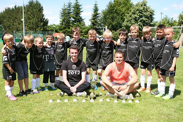 Mini-BU: Etliche Nachwuchskicker standen bereits bei dem Erfolg anlässlich der Jugend-Stadtmeisterschaft 2015 im G-Jugend-Team um Trainer Heiko Tegt (vorn rechts). Foto: Bratke
