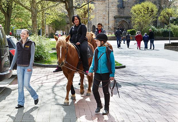 Spaß auf vier Hufen: Zum Ostermarkt hat der Verein Unser Barsinghausen wieder das beliebte Ponyreiten organisiert. foto:kasse
