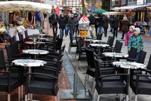 Verwaist: Die meisten Tische der Außengastronomie blieben ungenutzt.
