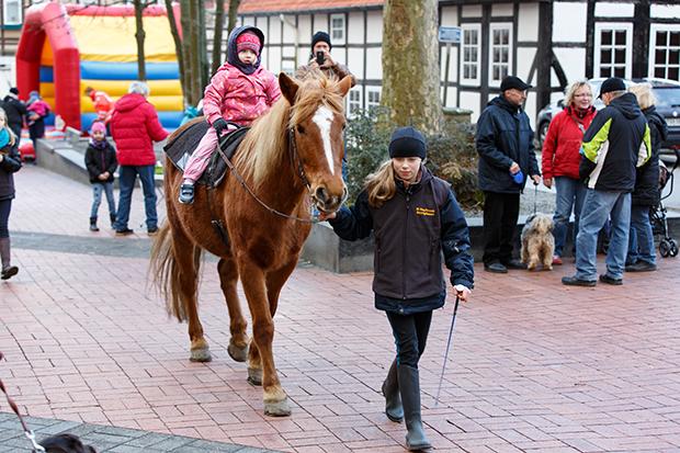 Hoch zu Ross: Die Ponyfreunde konnten sich über mangelnden Zulauf nicht beklagen.