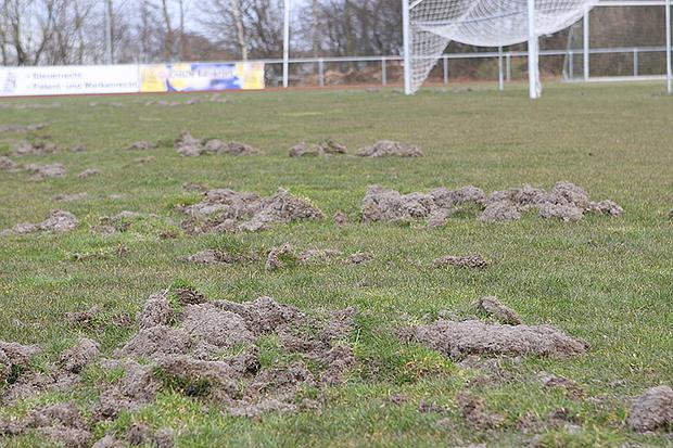 Dafür gibt es Stadionverbot: Der A-Platz der Kirchdorfer Sportanlage ist unbespielbar.
