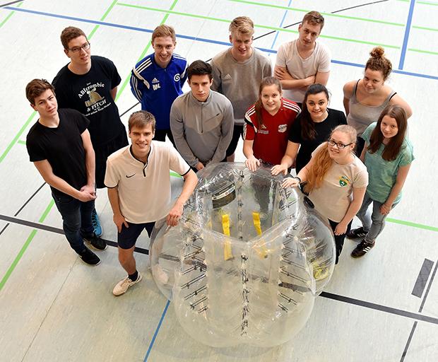 Ausprobieren: Die FDJler der Sportjugenden in Niedersachsen laden Interessierte zur Bubble-Soccer-Tour nach Lehrte ein.