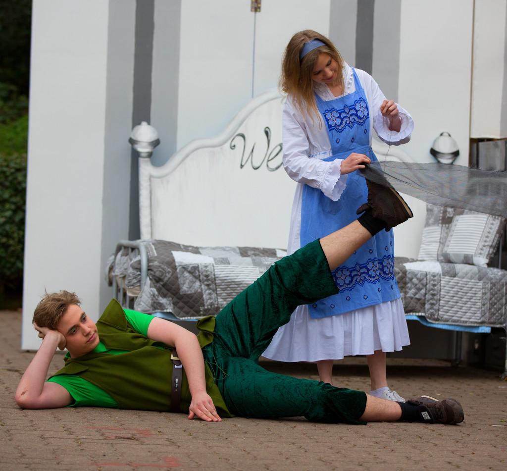 Der Held: Am Kostüm von Peter Pan wird letzte Hand angelegt. foto:kasse