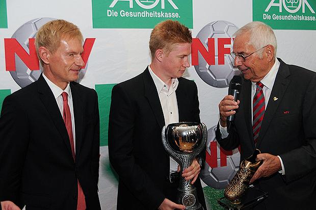 Abgelöst: Vorjahressieger Kevin De Bruyne (Mitte) empfing die Auszeichnung noch als Spieler des VfL Wolfsburg, ehe er nach Endland ging. Foto: Bratke