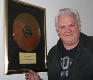 Ausgezeichnet: Achim Köller vor einer goldenen Schallplatte in seinem Haus in Gehrden.