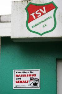 Klares Statement am Stadioneingang: Bei den Barsinghäuser TSV-Fußballern gibt es keinen Platz für Ausländerfeindlichkeit – ganz im Gegenteil: Integrationsarbeit wird groß geschrieben.