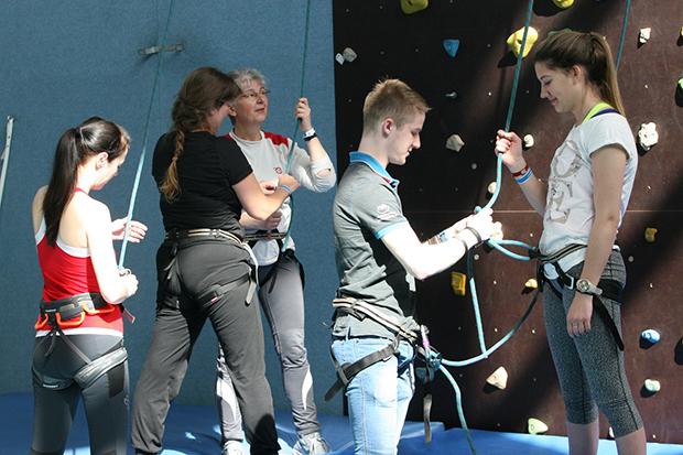 Helfende Hände: RSB-Mitarbeiter Luca Triebsch (Mitte) aus Barsinghausen hilft beim Angurten an der Kletterwand.