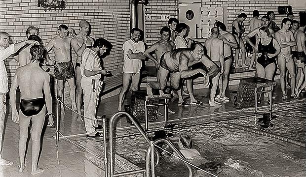 Frühere Zeiten: So sah es in den 1990er Jahren beim 24-Stunden-Schwimmen im Deisterbad aus.