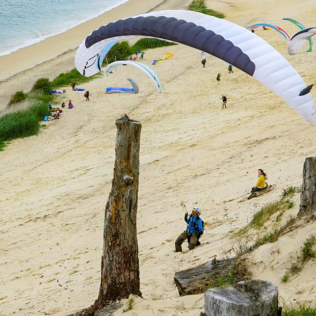 """La Dune de Pyla: Auch """"Drachenreiter"""" toben sich am Atlantik aus."""