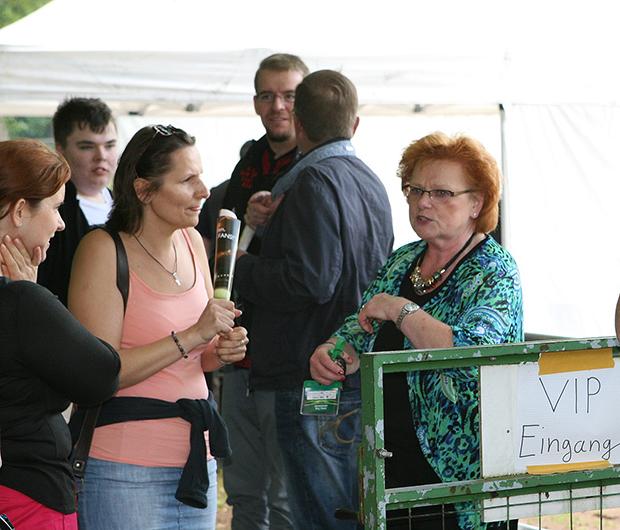 Meisterlicher Job: Cheforganisatorin Ulla Völkner (rechts) beim Eingang in den VIP-Bereich.