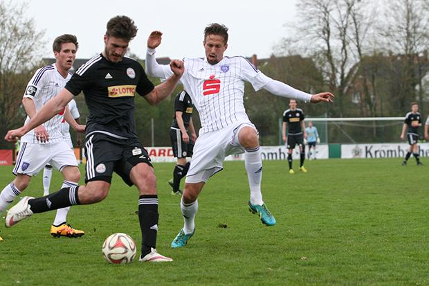 Torjäger fehlt: Hendrik Weydandt (hier im Zweikampf mit zwei Osnabrückern) traf gegen den SV Eichede doppelt, sah in der Folge die Ampelkarte und ist gegen Altona 93 gesperrt.