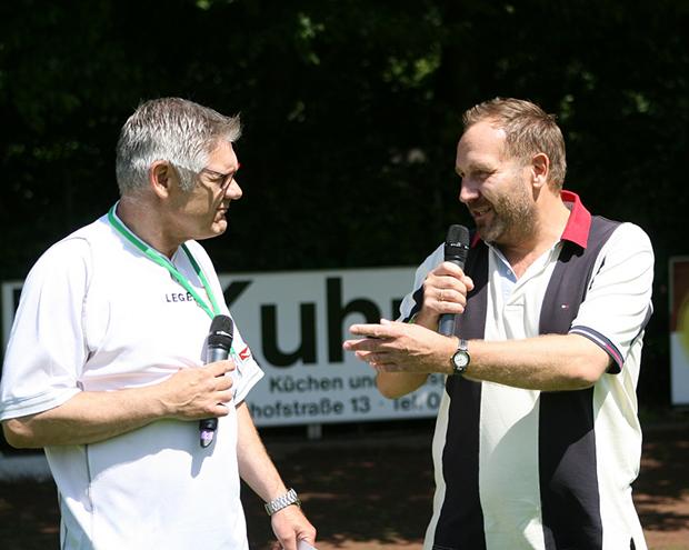 Fußballstadt Barsinghausen: Stadionsprecher Holger Bratke (links) und Bürgermeister Marc Lahmann begrüßen die Zuschauer im REWE-Sportpark.