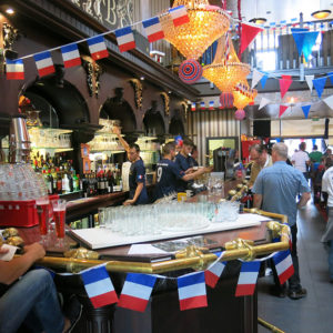 "Festlich geschmückt: Der Partysaal in der Bar ""Les 4 Cent""."