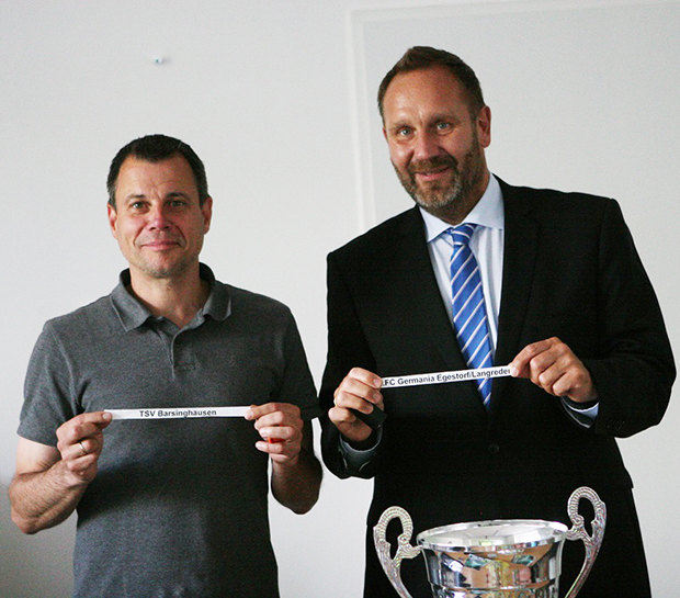 Auslosung: Organisator Helge Kristeleit (links) und Bürgermeister Marc Lahmann zeigen die beiden Gruppenköpfe für den Stadtpokal 2016. Foto: Bratke