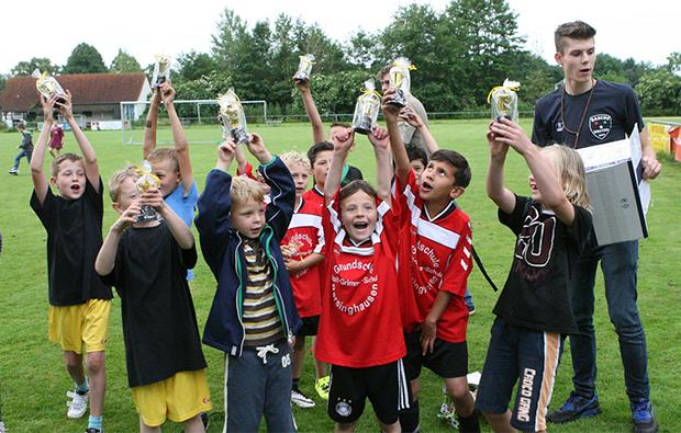 Mini-Pokale für Mini-Kicker: Die Adolf-Grimme-Schule hatte vorgesorgt und überraschte die Kids mit kleinen Trophäen. Foto: Bratke