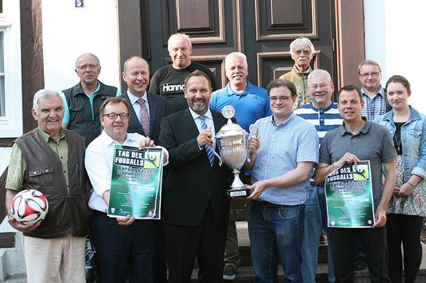 Stadtpokal: Vereinsvertreter, Organisatoren und Sponsoren zeigen den Walter-Zieseniß-Gedächtnispokal. Foto: Bratke