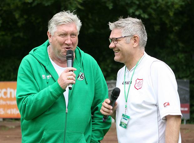 """Talk mit Schatz: 96-Torjägerlegende Dieter Schatzschneider (links) lag seinem Tipp """"Zweistellig"""" richtig."""
