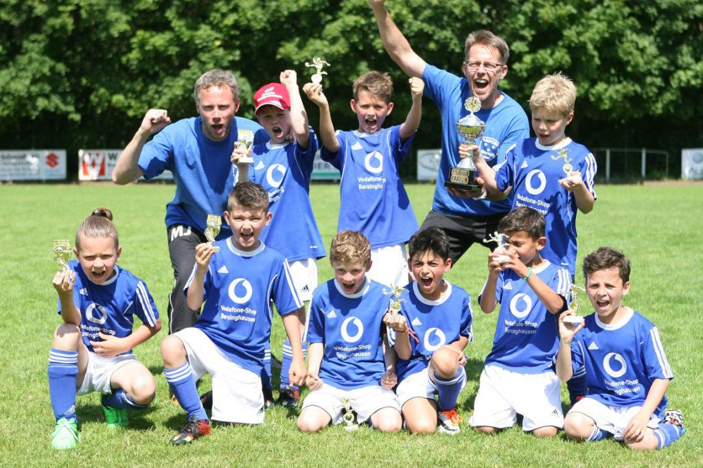 F-Junioren: Basche United I bejubelt den 2:0-Finalsieg über den 1. FC Germania Egestorf/Langreder und den Stadtmeistertitel.