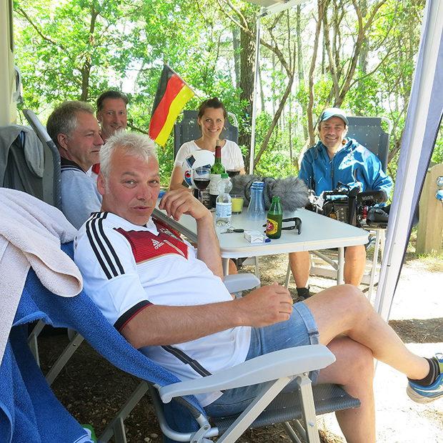 Grilleinladung: Lian und Petra (von rechts) vom UEFA-Filmteam im Egestorfer Camp mit Jens, Burkhard und Todda (von vorn).
