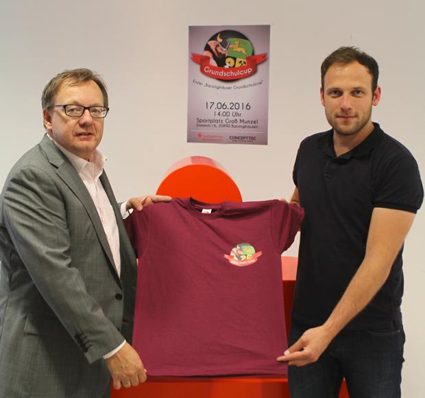 T-Shirts mit eigenem Wappen: Martin Wildhagen (links) von der Stadtsparkasse präsentierte die neuen Shirts gemeinsam mit Tilman Zychlinski. Foto: privat