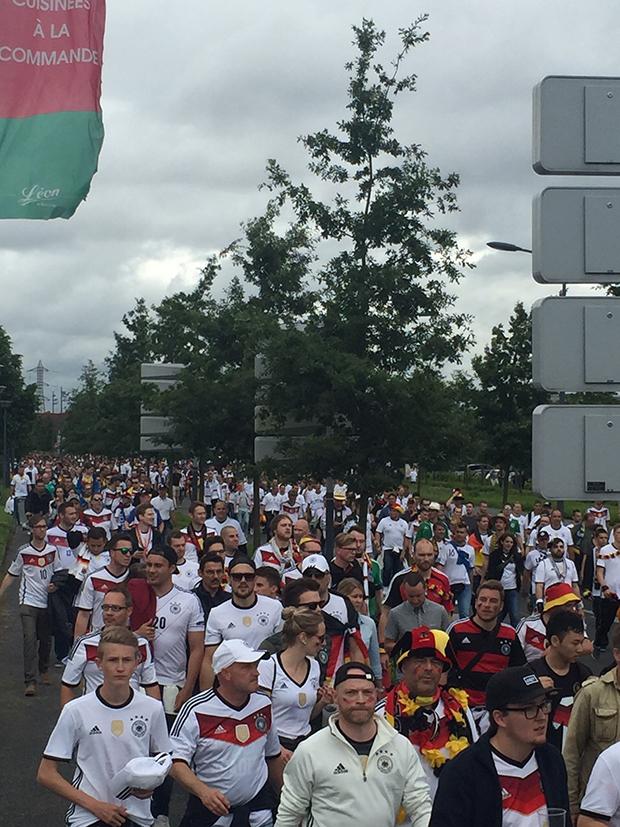Dieser Weg: Der Tross der deutschen Fans auf dem Weg ins Stadion.