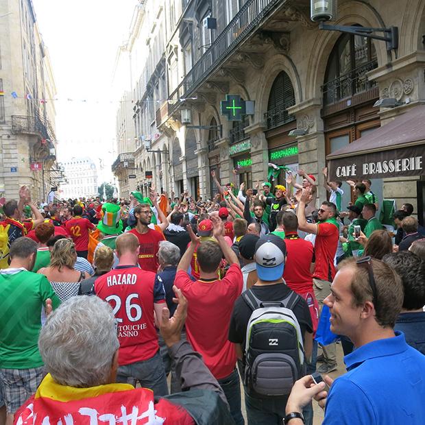 Fan-Party: Gemeinsam feiern Belgier und Iren in der City von Bordeaux.