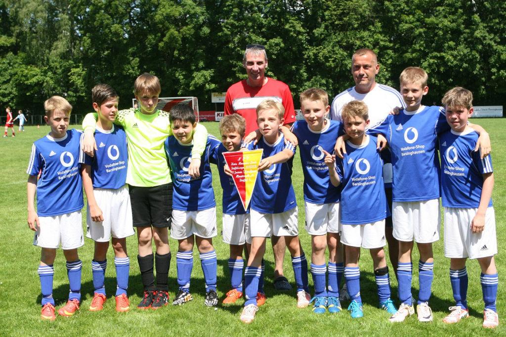 Meisterehren: Staffelleiter Matthias Fetköther (hinten links) überreichte den obligatorischen NFV-Wimpel an das erfolgreiche Team von Basche United, das von Mirko Grothe (hinten rechts) gecoacht wird. Fotos: Bratke