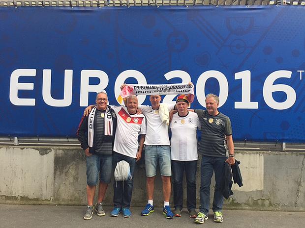 Euro 2016: Dicker (von links), Jens, Todda, Micha und Burkhard vor dem Pariser Prinzenpark und dem letzten Gruppenspiel der deutschen Mannschaft.