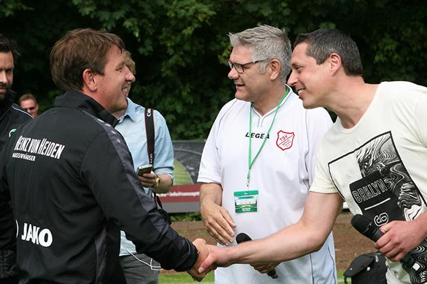 Handschlag-Versprechen: die beiden Trainer Daniel Stendel (96) und Thorsten Kropp (TSV). Fotos: Erk Bratke