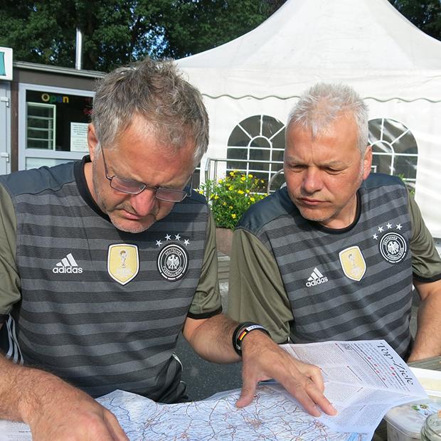 Routenplanung: Burkhard (links) und Jens basteln an der passenden Strecke.
