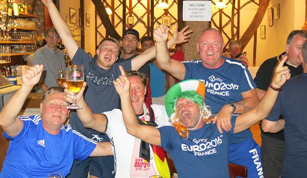 Party mit allen Nationen: In Lille lässt sich gut feiern. Fotos: Bratke/privat