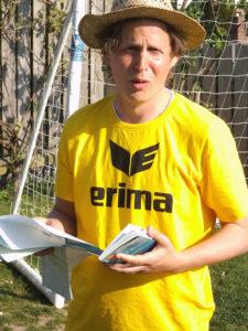 Sommer-Lesungen: Roman Wallat alias Menotti liest in Wennigsen und Sorsum. Fotos: privat